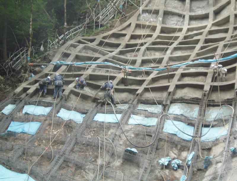 韮野地区 災害関連緊急治山工事 法枠吹付状況